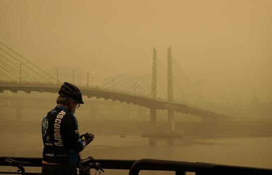 """美산불 최악 대기오염… """"숨도 못쉴 지경"""""""